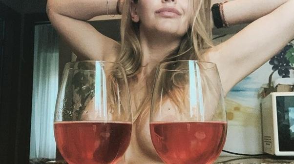 Новий челендж на карантині: дівчата оголюють груди, прикриваючись келихами
