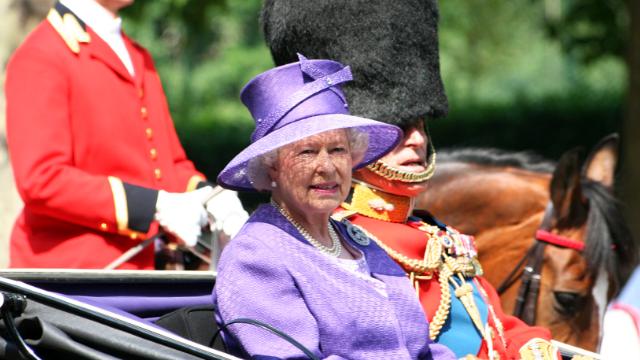 Королева Єлизавета II вперше з'явилася на публіці з тростиною