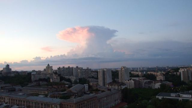 """Атомний гриб"" над Києвом: синоптики пояснили явище"