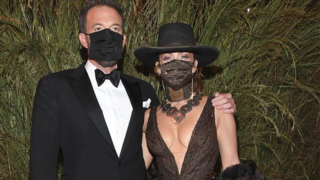 Лопес і Аффлек поцілувалися у масках на Met Gala 2021